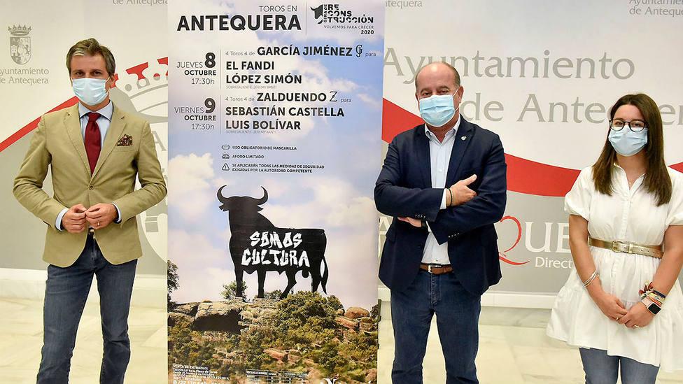 Jorge Buendía, Manuel Barón y Elena Melero posando junto a los carteles de Antequera