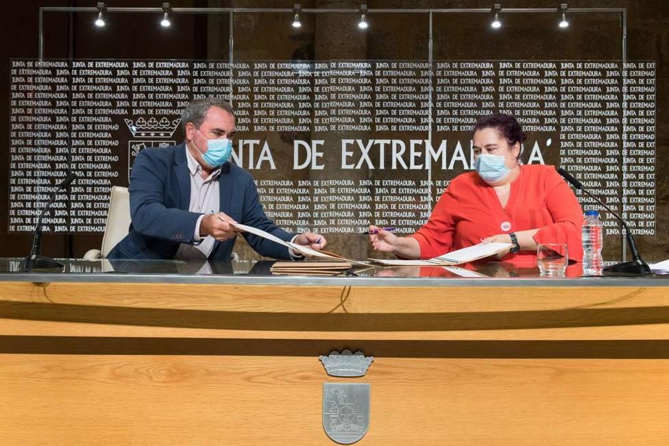 Begoña Gª Bernal, consejera de Agricultura y Ángel Pacheco, presidente de Cooperativas Extremadura