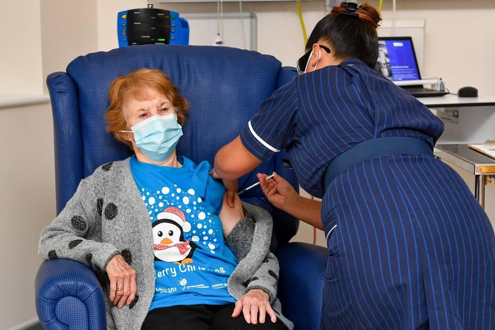 Margaret Keenan, la primera persona vacunada en Reino Unido, recibe hoy la segunda dosis