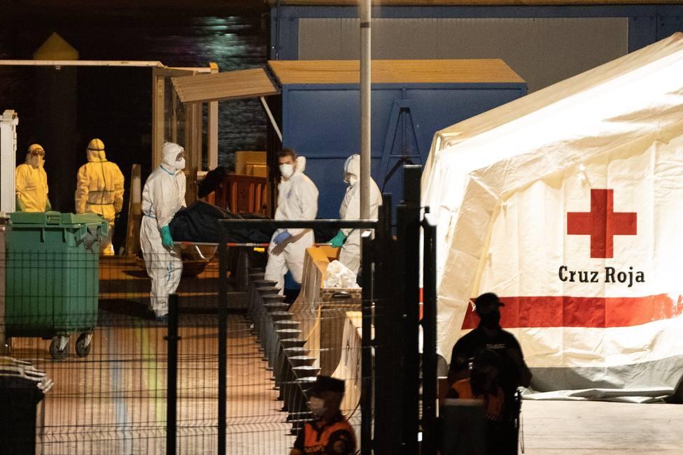 Llega remolcado al puerto de Los Cristianos el cayuco con los 17 cadáveres