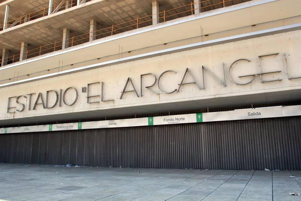 Urbanismo advierte al Córdoba de multas desde 600 euros si no retira la lona publicitaria de 1.600 metros