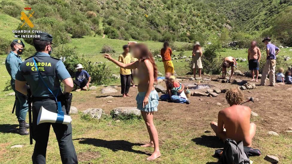 Los hippies de la Familia Arcoíris que acampan libremente en La Rioja suman 76 propuestas para sanción