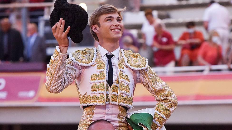 Andy Younes en su salida a hombros este sábado en la plaza de toros de Istres