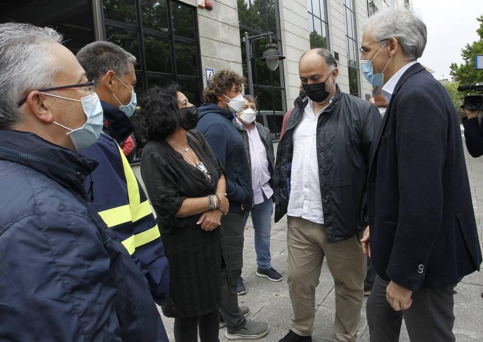 Francisco Conde en la plaza de España con varios delegados del comité de Navantia Ferrol - FOTO: Xunta