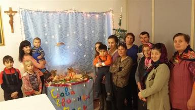 El pequeño Belén de la parroquia de Francesco en Polovinnoya