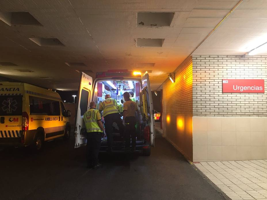 Una joven salta por la ventana desde un cuarto piso en Madrid tras incendiarse un mueble de su casa y sale casi ilesa