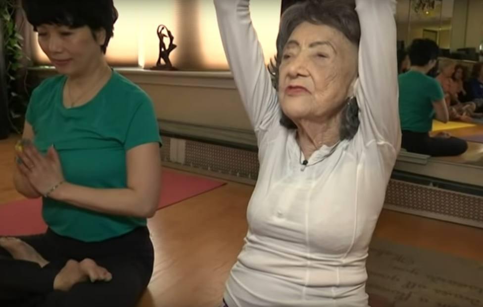La abuela centenaria que sigue dando clases de yoga en Nueva York