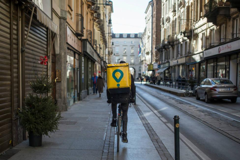 Muere un ciclista de Glovo atropellado por un camión de limpieza en Barcelona