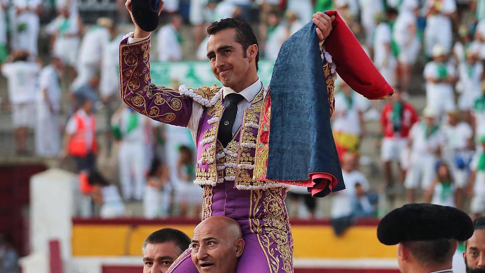 El Fandi en su salida a hombros este martes en la plaza de toros de Huesca