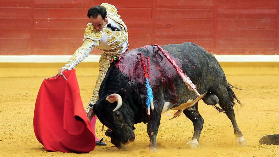 Derechazo de Cristian Escribano a su primer toro de Pallarés, al que cortó dos orejas
