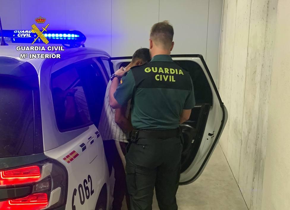 Foto de archivo de agentes de la Guardia Civil con un detenido - FOTO: Guardia Civil