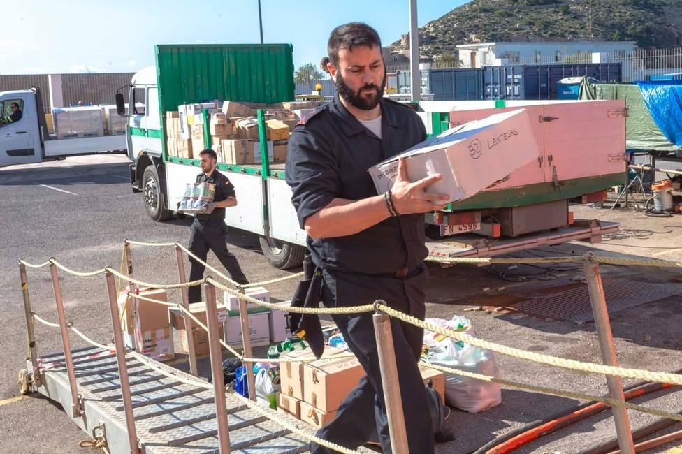 El Hespérides embarca las donaciones del proyecto solidario Hogar Miraflores