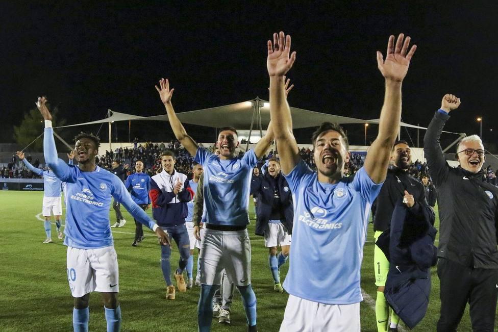 Los jugadores de la UD Ibiza celebran la clasificación