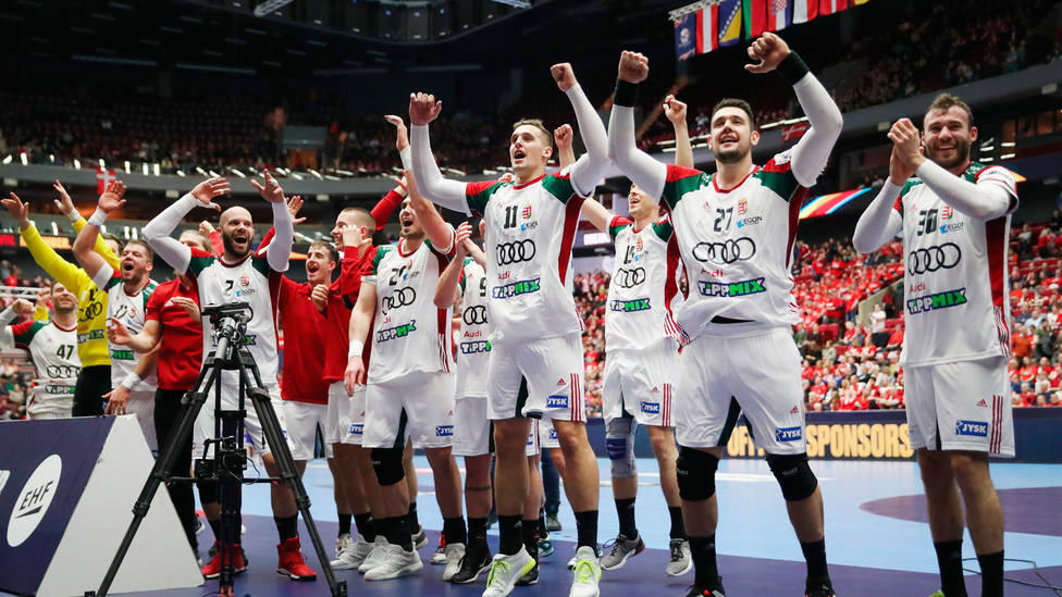La selección de Hungría celebra la clasificación para la segunda fase del Europeo de balonmano. EFE