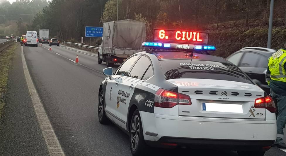 Foto de archivo de un control realizado por la Guardía Civil de Tráfico - FOTO: Guardia Civil
