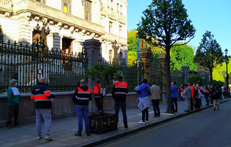 Protesta trabajadores EBHI frente al parlamento asturiano