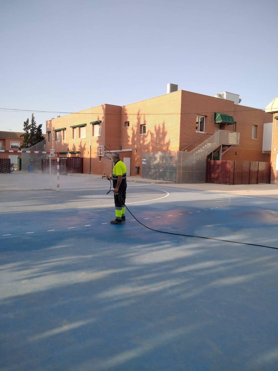 El Ayuntamiento implementa un plan municipal de limpieza y desinfección en centros educativos