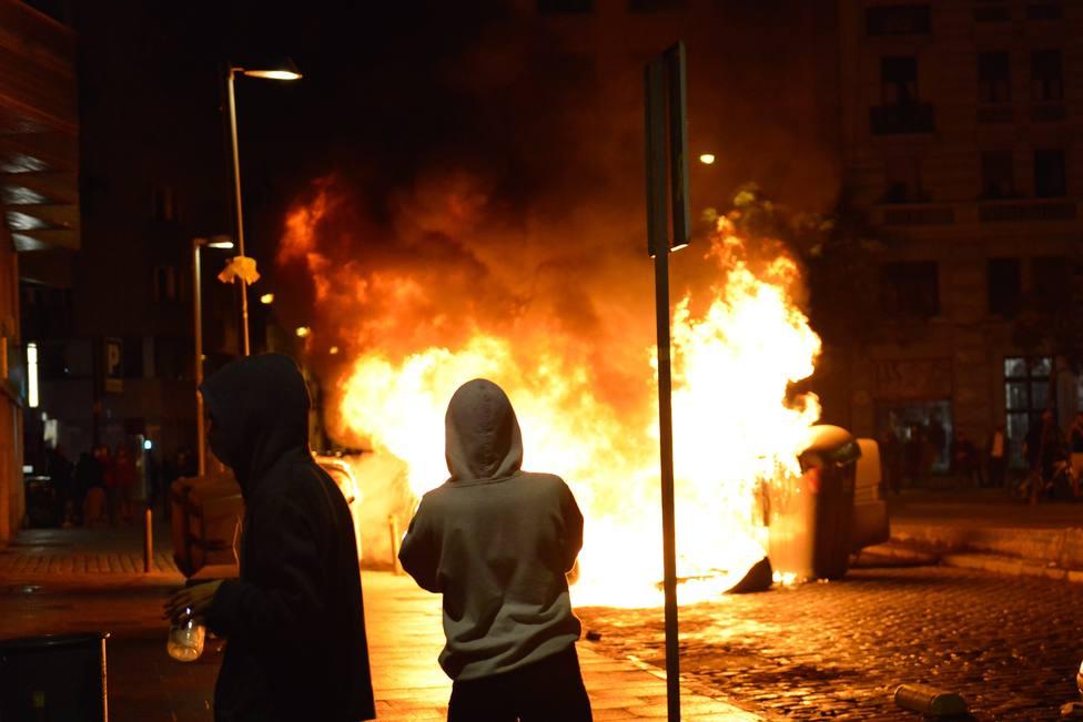 Los CDR queman contenedores y los Mossos cargan en plaza Cataluña de Barcelona
