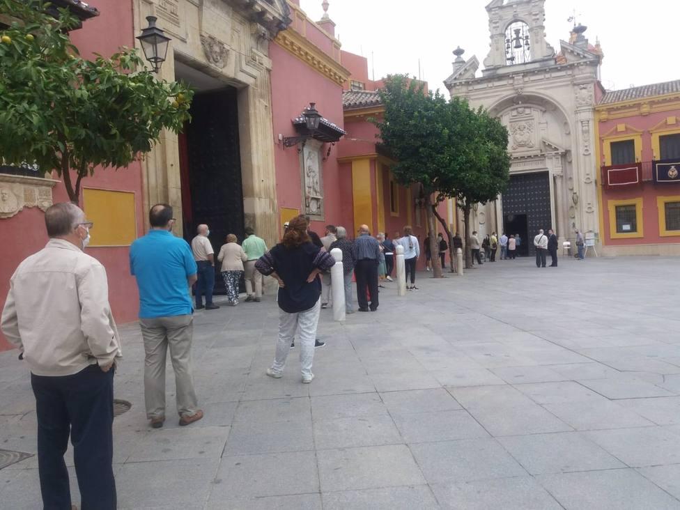 Colas en San Lorenzo para ver la imagen del Gran Poder