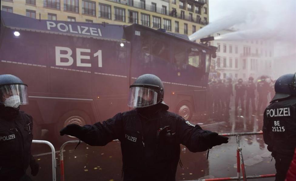 La Policía alemana utiliza cañones de agua para dispersar manifestantes por la covid-19