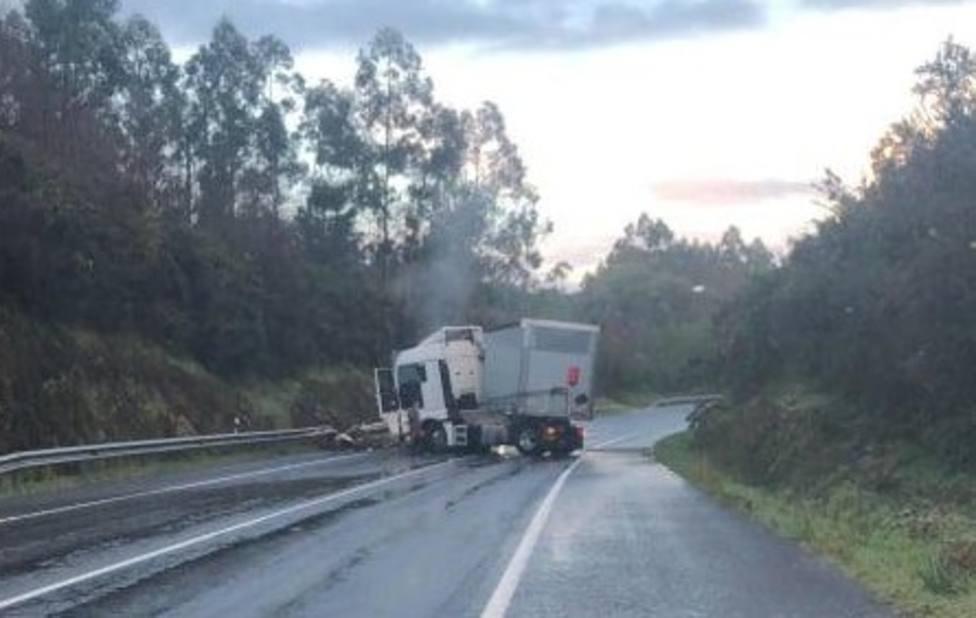 El camión accidentado en el lugar del siniestro - FOTO: Tráfico Ferrolterra