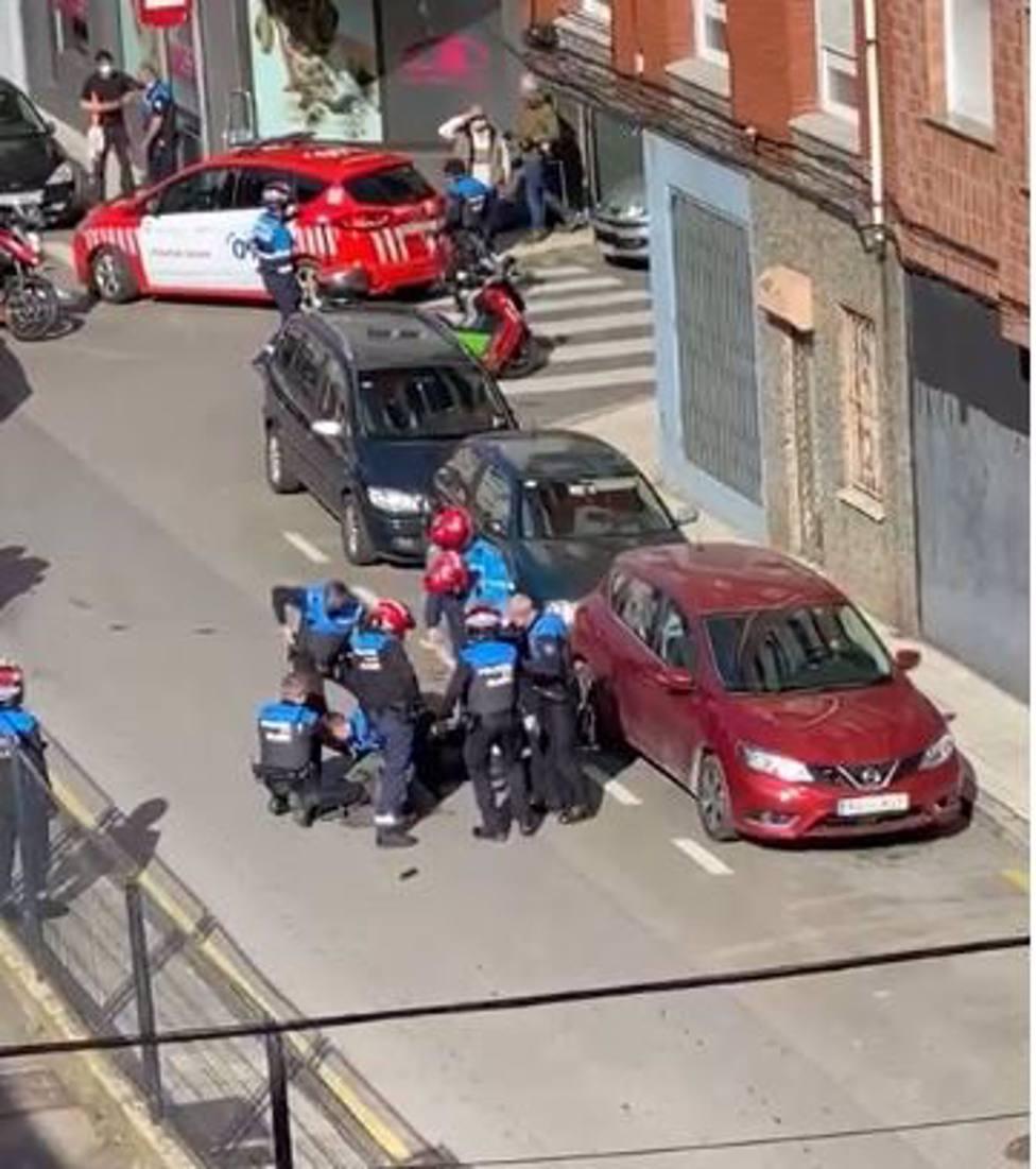 Foto suceso hacha y Policía Local (Europa Press)