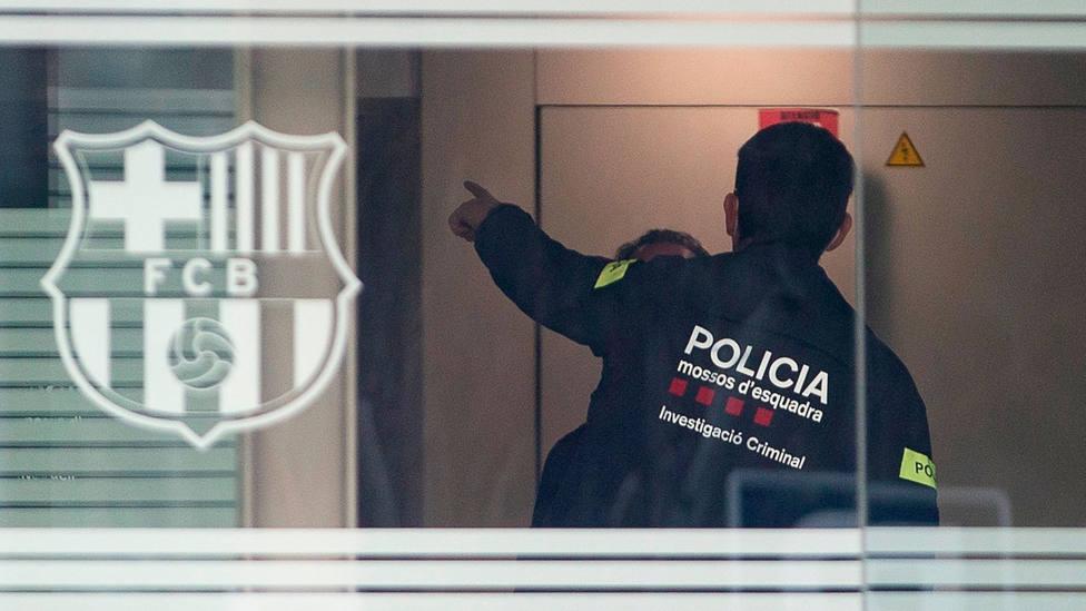 Un agente de los Mossos dEsquadra, en el interior de las oficinas del Camp Nou. EFE