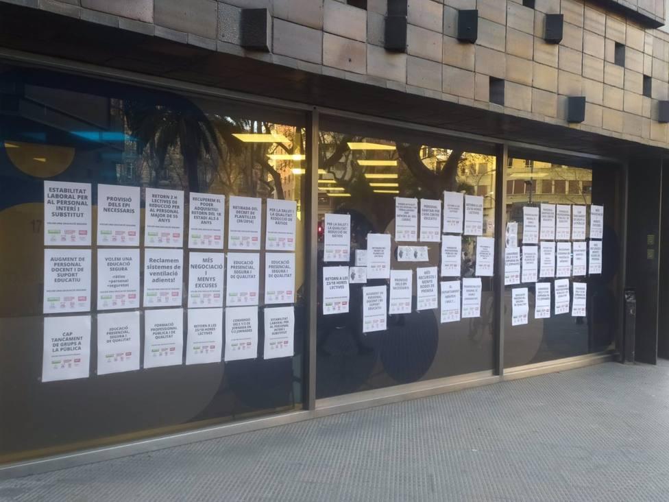 Sindicatos pegan carteles en sedes territoriales de Educación para pedir reversión de recortes
