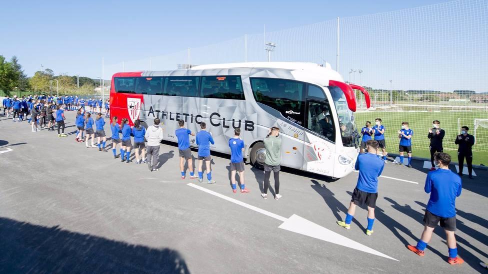 El Athletic Club abandona Lezama con rumbo a la final de Copa sin aglomeraciones de aficionados