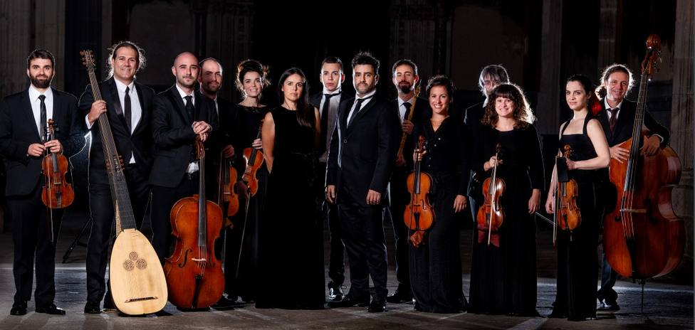 Orquesta Nereydas con Maria Espada y su director Javier Ulises Illán