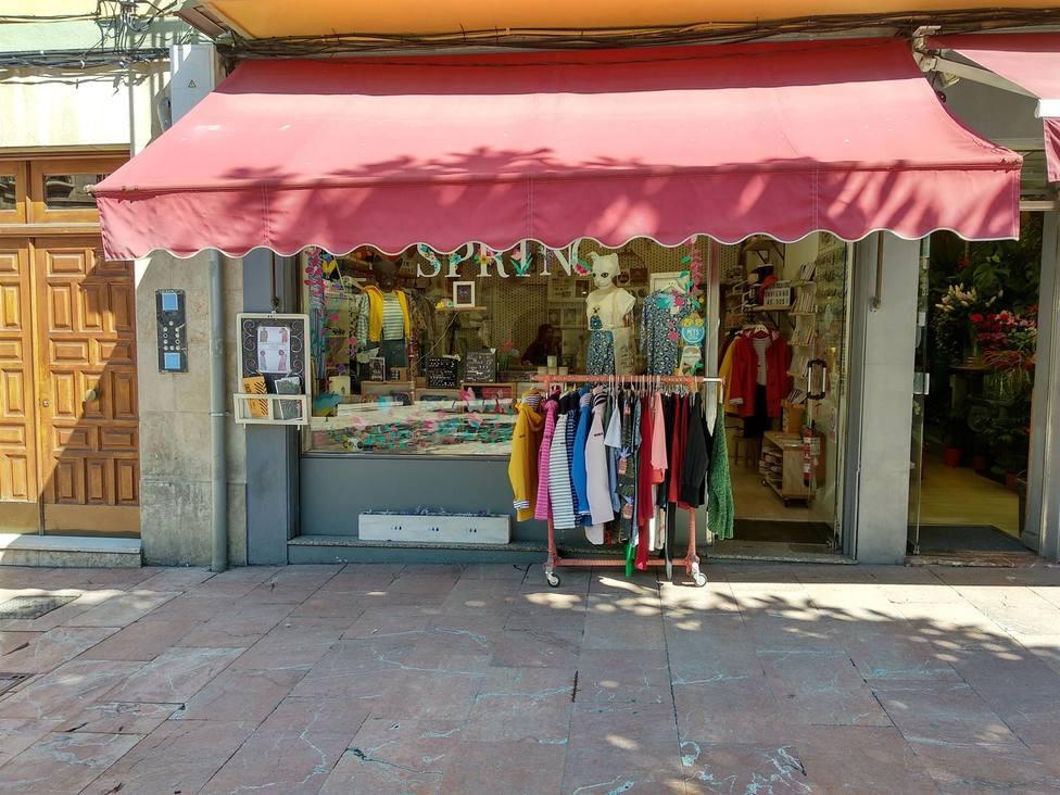Un comercio de Lugo exhibe su stock en la calle