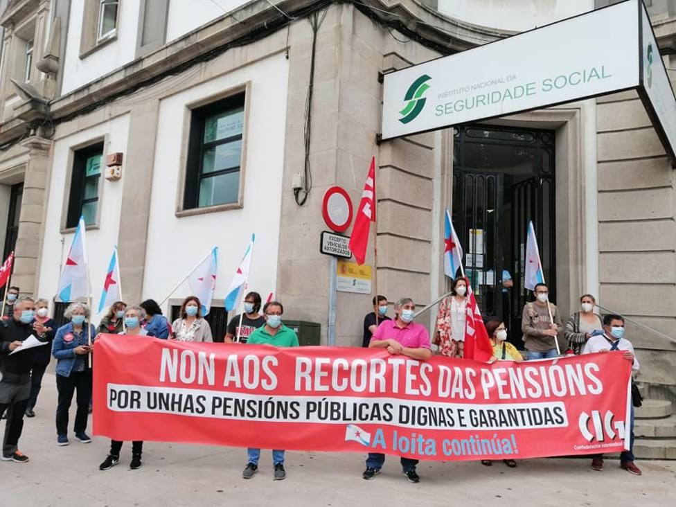 La CIG realizó la concentración delante de la sede del INSS ferrolano. FOTO: CIG
