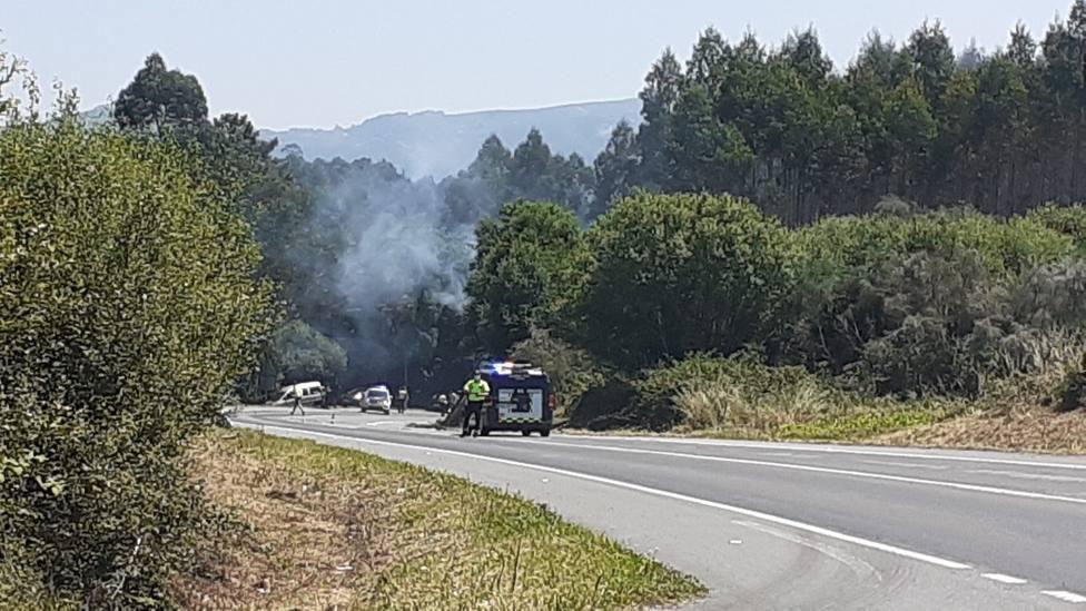 El incendio se declaró en la parroquia de A Capela a pie de carretera. FOTO: Tráfico Ferrolterra