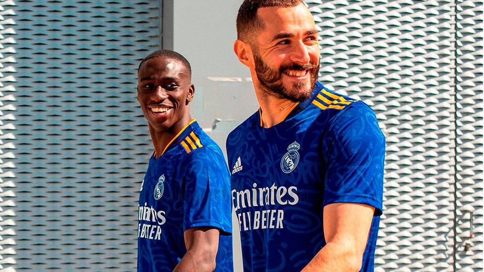Mendy y Benzema posan con la segunda camiseta del Real Madrid para la temporada 2021-2022