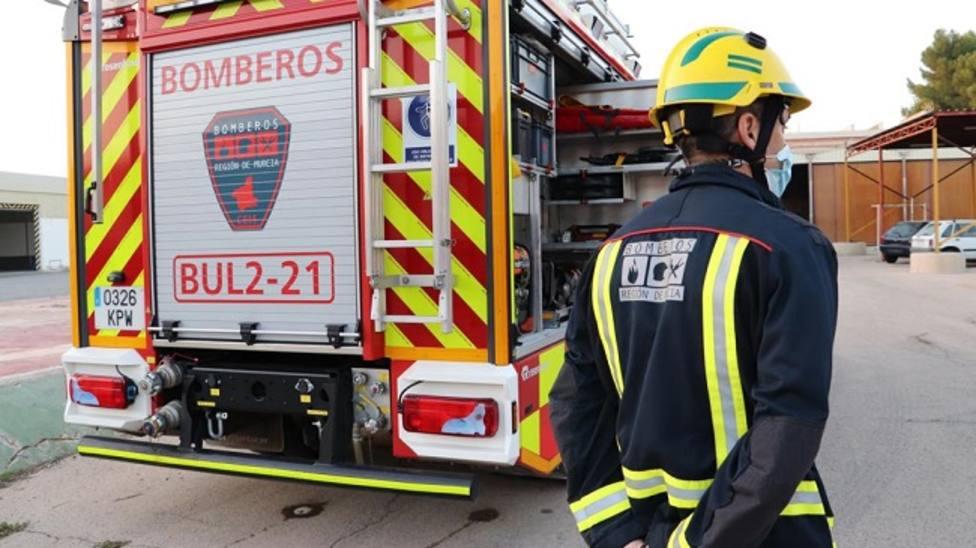 Bomberos apagan un incendio declarado en una vivienda y un turismo en Totana