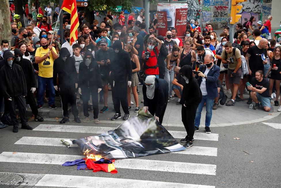 Queman una foto de Aragonès y Sánchez durante la manifestación de la CUP