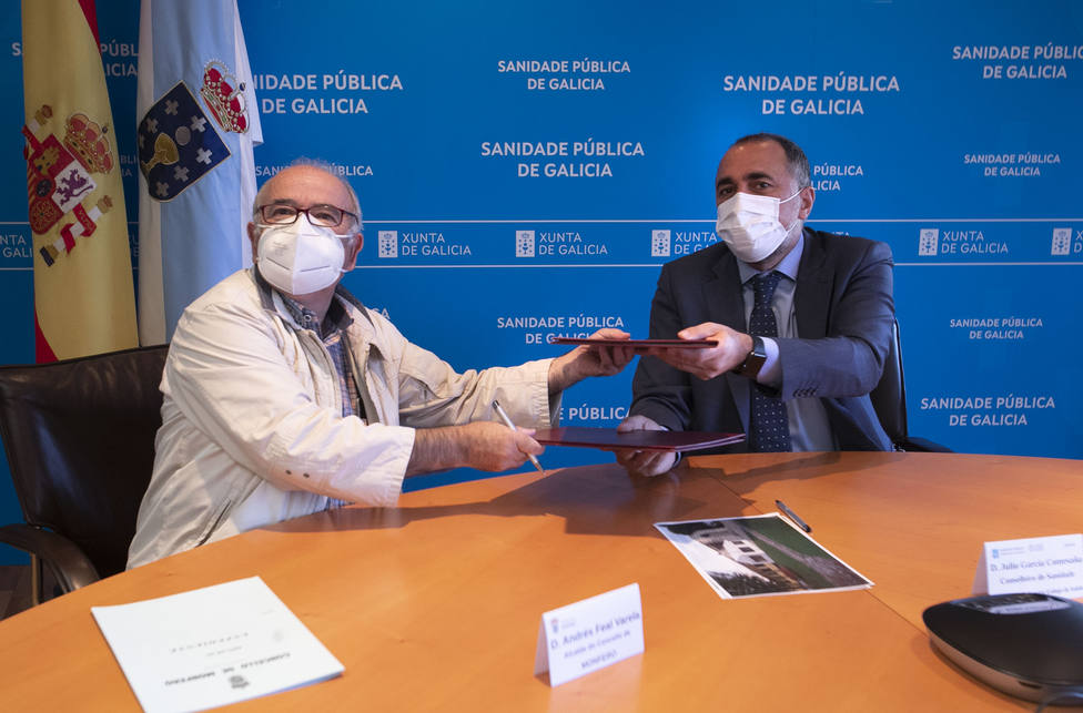 Andrés Feal y Julio García durante la firma del convenio - FOTO: Xunta / Conchi Paz
