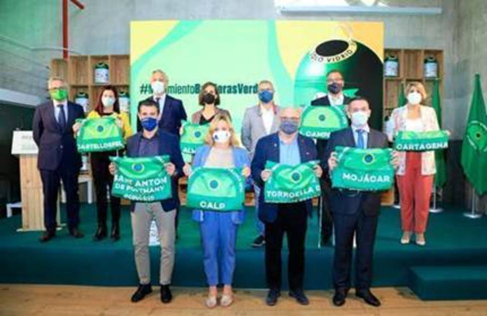 El secretario de Estado de Medio Ambiente entrega a ocho municipios costeros la Bandera Verde de Ecovidrio