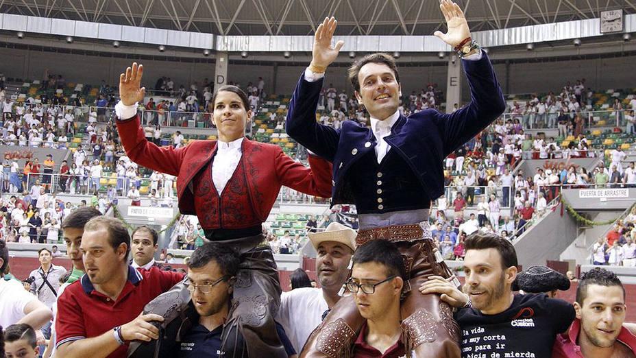 Lea Vicens y Andy Cartagena en su salida a hombros este martes de la plaza de toros de Burgos