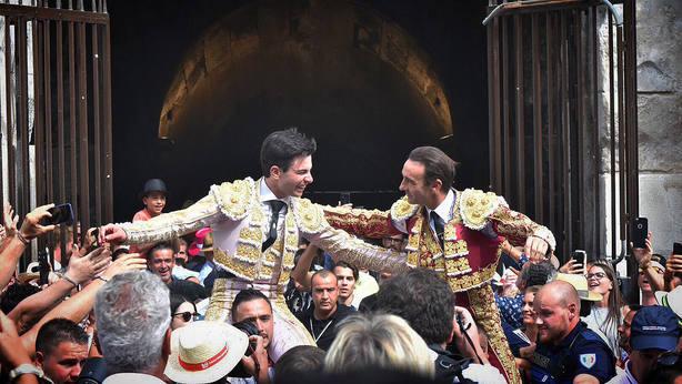 Toñete y Ponce en su salida a hombros del Coliseo de Nimes este sábado