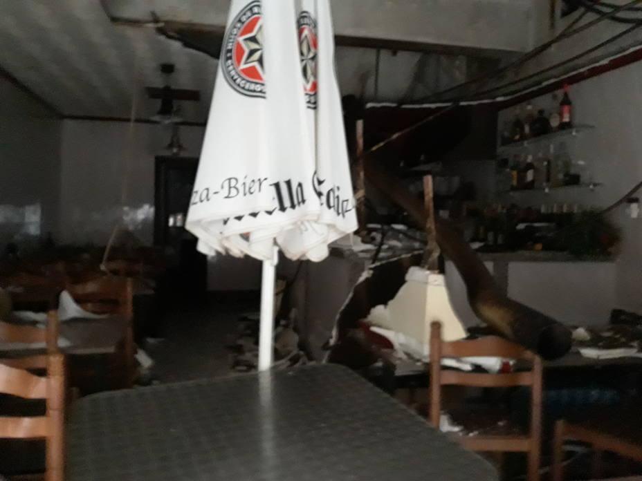 Imagen de cómo quedó el bar Santa Comba tras caerse el falso techo