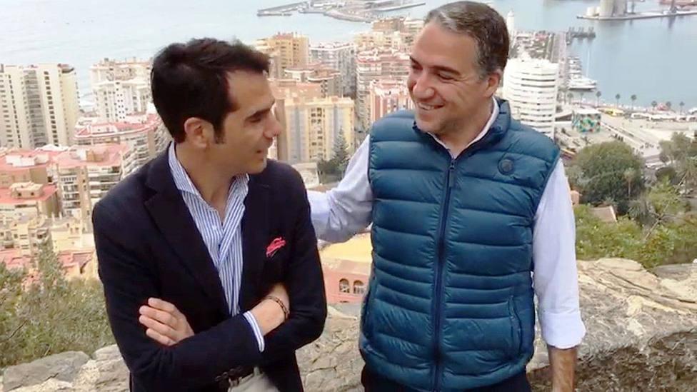 El diestro Salvador Vega junto al presidente del PP de Málaga, Elías Bendodo