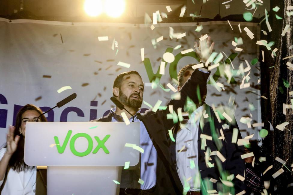 Ampañado de la vicesecretaria de Acción Social de Vox y su candidata a la Comunidad de Madrid, Rocío Monasterio y el secretario general de Vox, Javier Ortega Smith; el líder de VOX, Santiago Abascal, ofrece declaraciones en la Plaza Margaret That