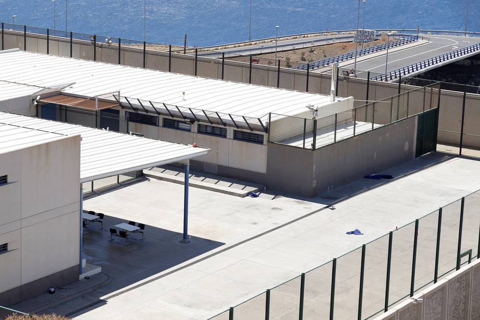 Dieciséis inmigrantes se fugan de un CIE en Tenerife