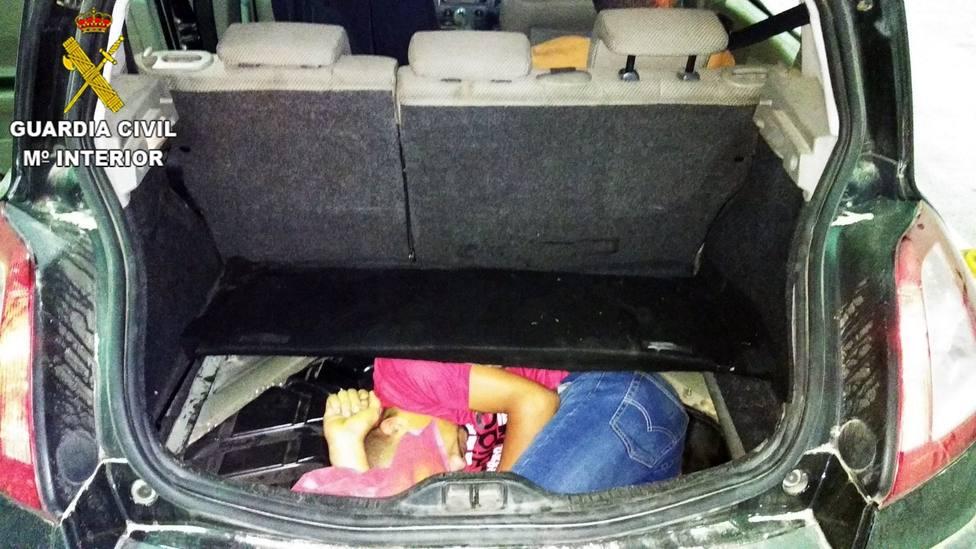 Localizan un joven migrante oculto dentro del hueco de la rueda de repuesto de un vehículo en Melilla