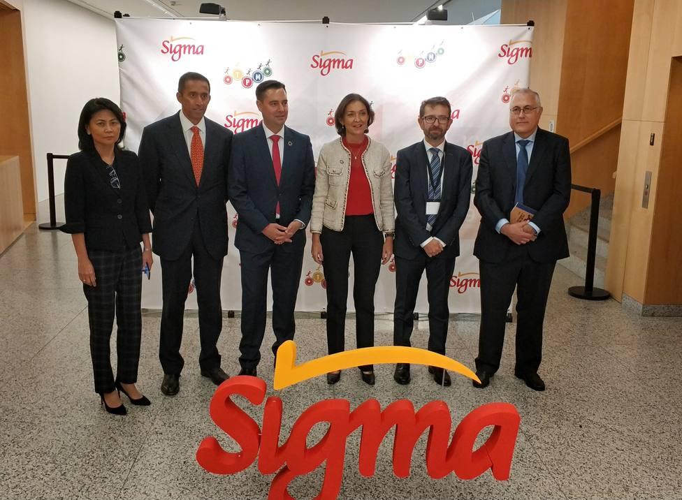 Reyes Maroto junto al alcalde De la Rosa y directivos de Campofrío.