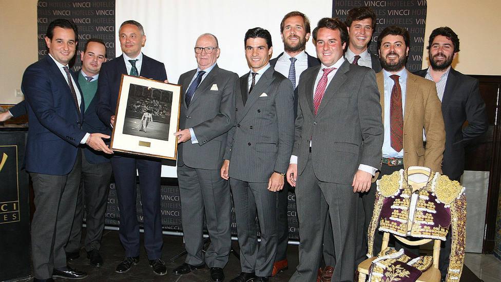 Pablo Aguado junto a varios miembros de su nueva peña taurina