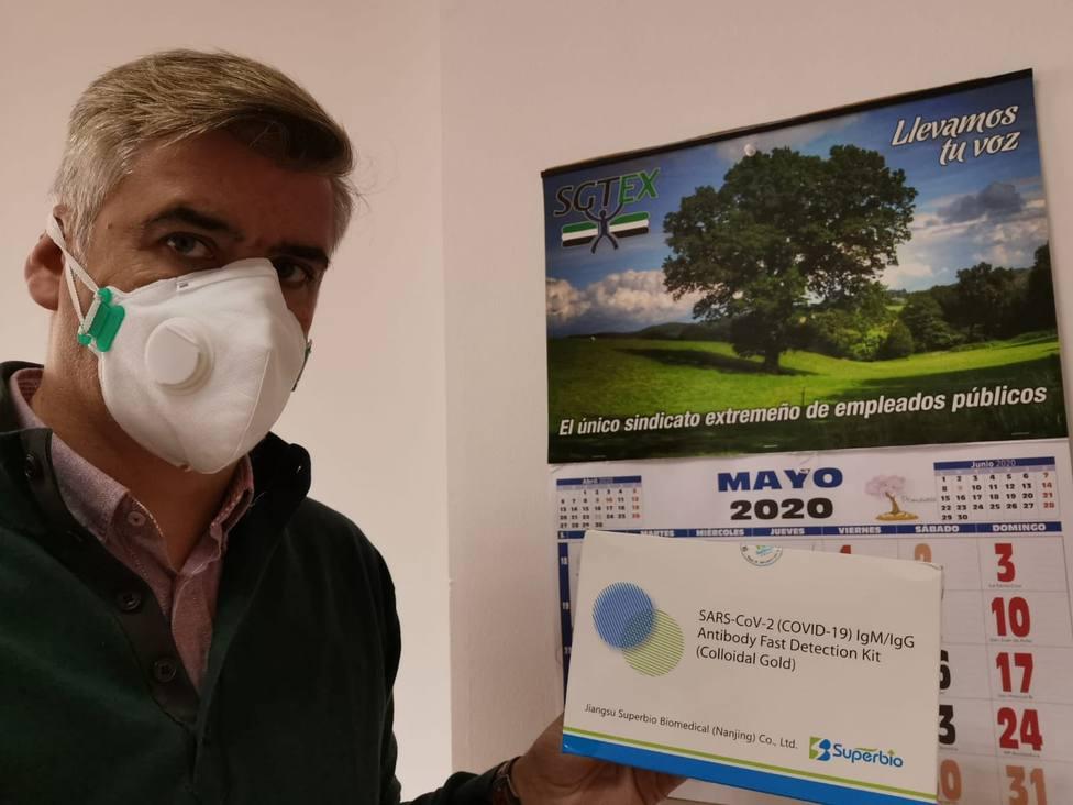 Delegado sindical de SGTEX con el test del COVID-19. Foto: SGTEx