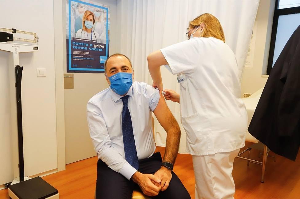 El conselleiro de Sanidade, Julio García Comesaña, se vacuna en Vigo contra la gripe.