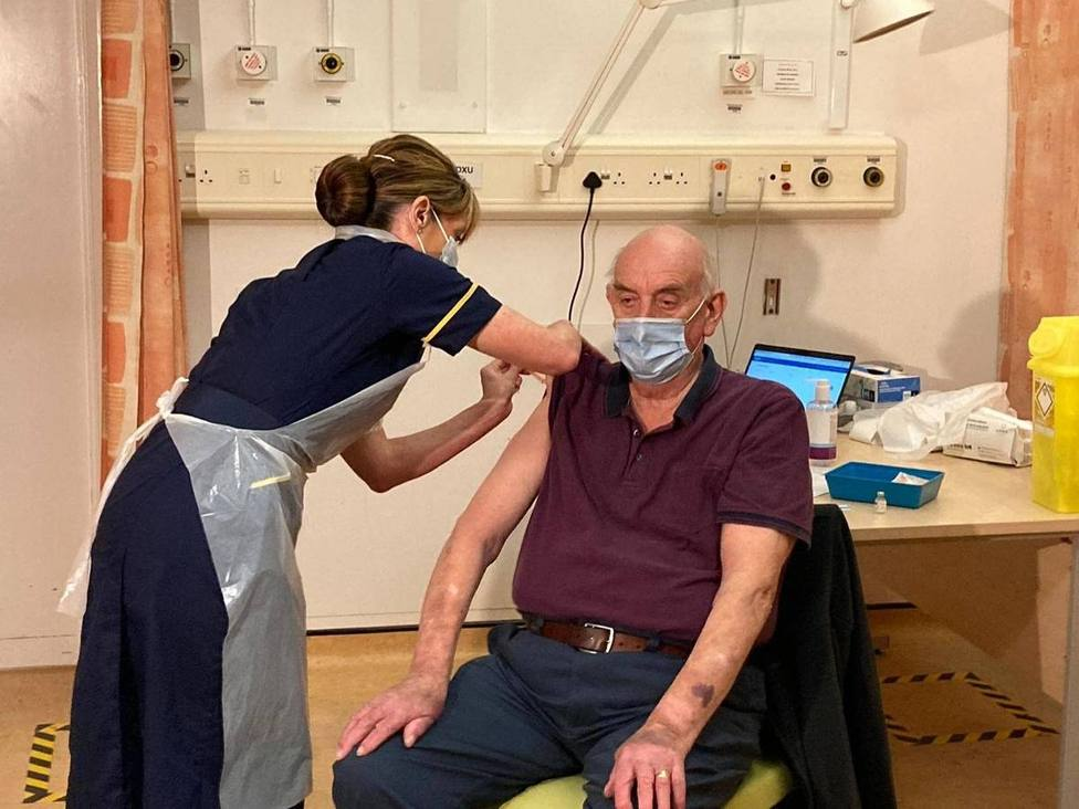 Un hombre de 82 años, el primero que recibe la vacuna de Oxford/AstraZeneca en Reino Unido